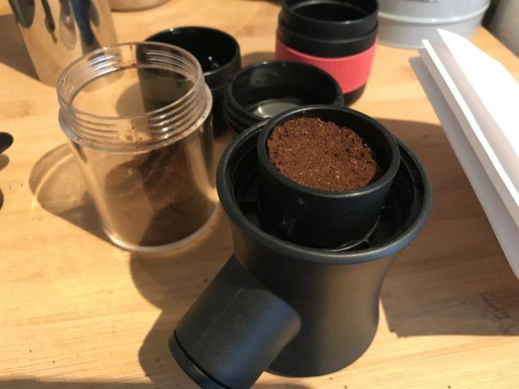 Preparando café con la cafetera portátil