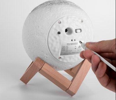 Conector USB en la parte posterior de la lámpara