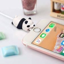 protector de cables con forma de panda enchufado a un iphone