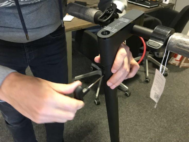 montamos el manillar del patinete de Xiaomi