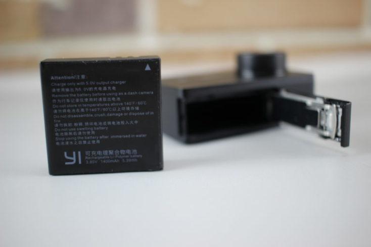 foto de la ranura de la batería abierta y batería
