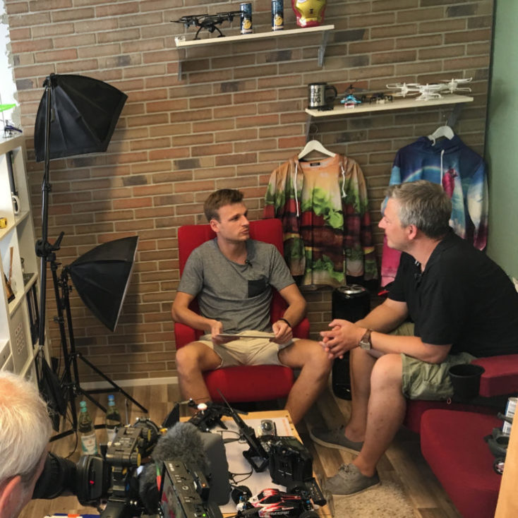 Kristian está siendo entrevistado