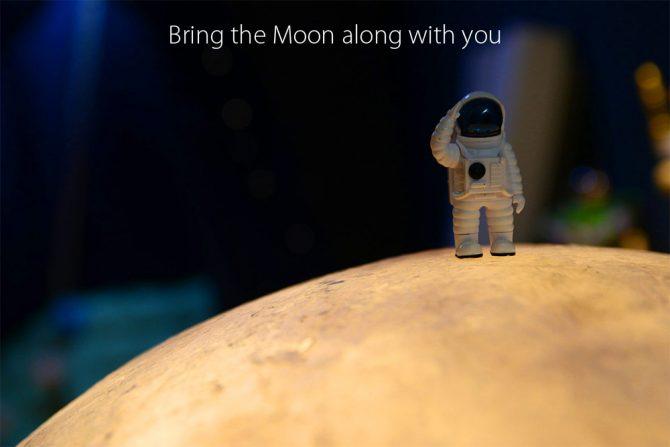 astronauta de juguete sobre la lámpara luna