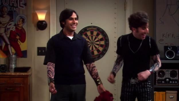 Howard und Rajesh de Big Bang Theory llevan las mngas de tatuaje falso