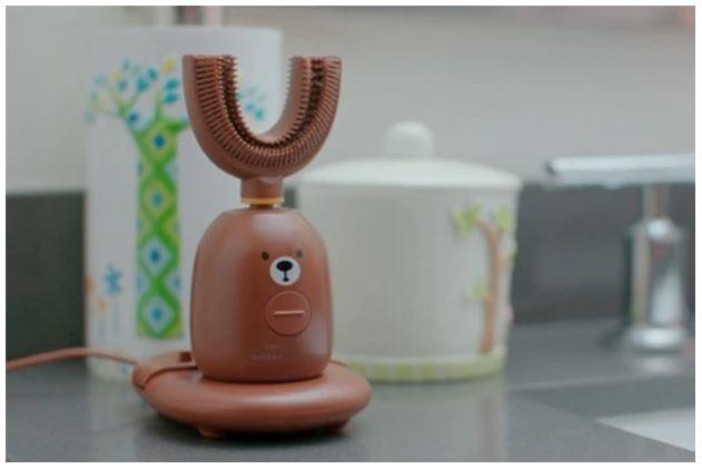 modelo en marrón con una cara para niños del cepillo de dientes para niños