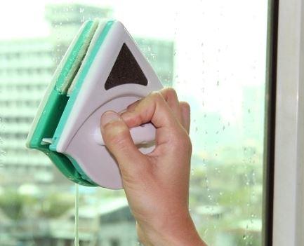 limpia cristales en la ventana