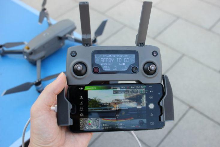 control remoto y smartphone + drone de fondo