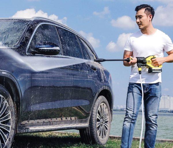 modelo limpiando un coche con el Jimmy JW31