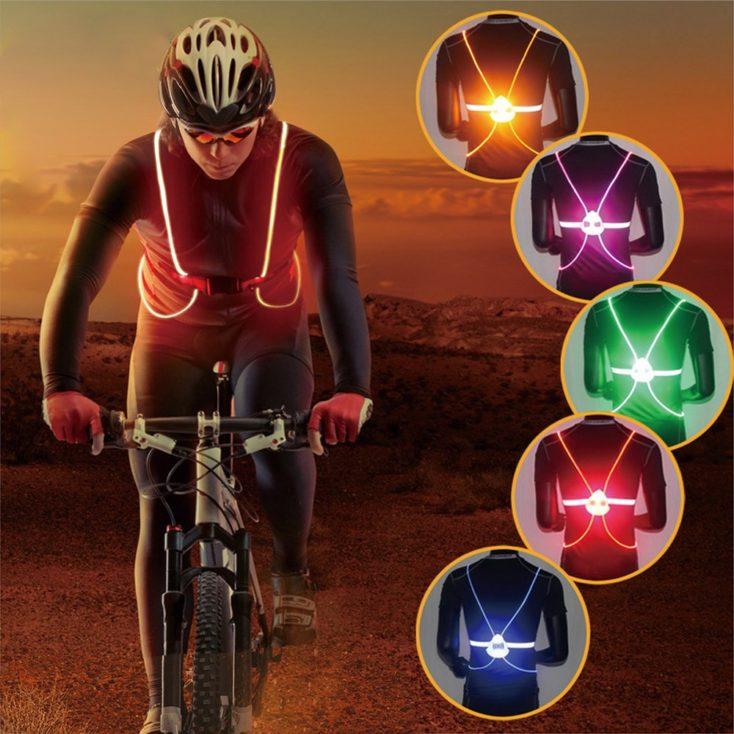 ciclista con el chaleco puesto a la izquierda de la imagen y a la derecha el chaleco con diferentes colores