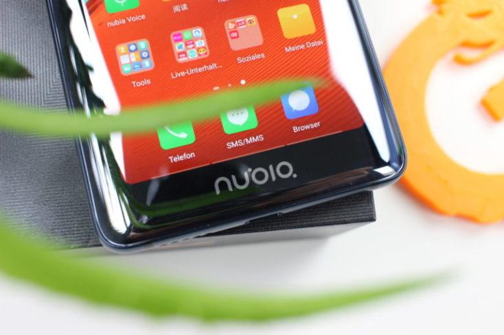 Logo Nubia en la parta trasera inferior del teléfono