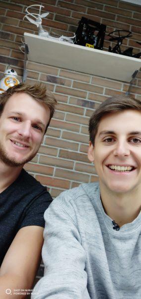 Kristian y Thorben se hacen una selfie con el Nubia X