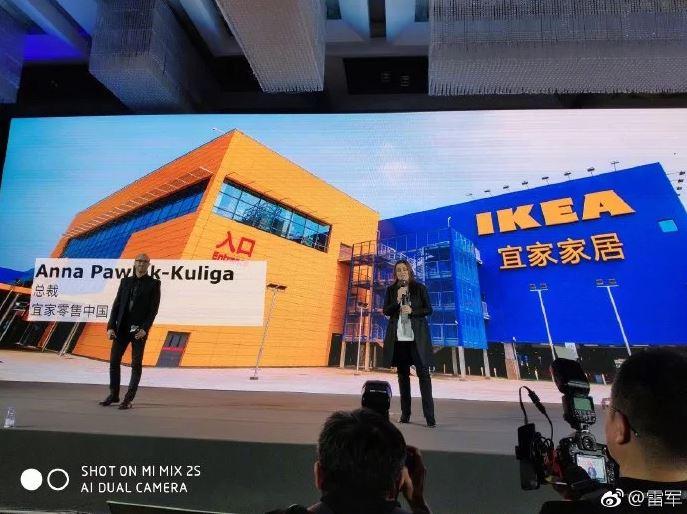 Dos representantes de las correspondientes empresas frente a un edificio de Ikea en China