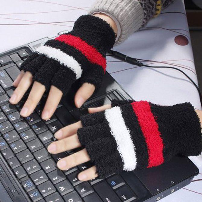manos con los guantes sobre un teclado