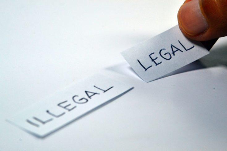papeles con legal e illegal en inglés escrito en ellos