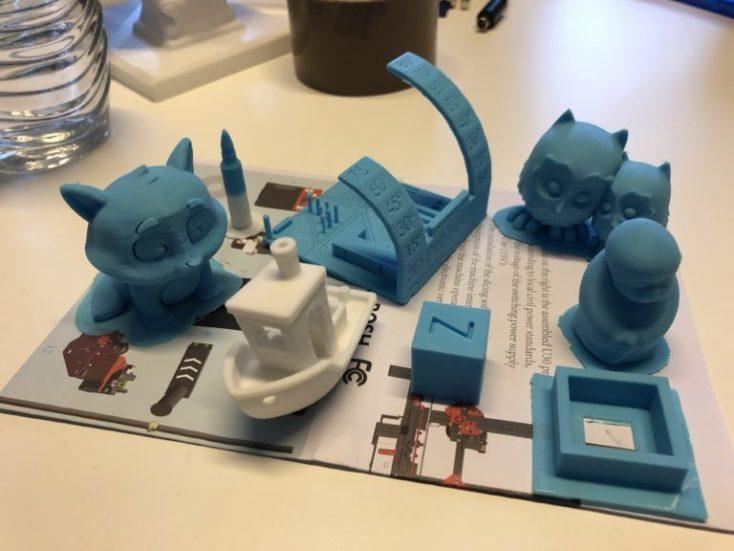diferentes impresiones 3D, un gato, un barco, dos búhos...