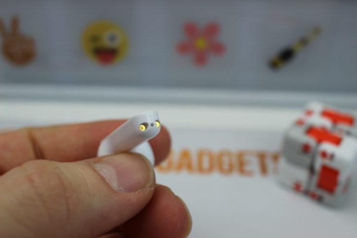 parte inferior del auricular donde se encuentra el contacto para la carga