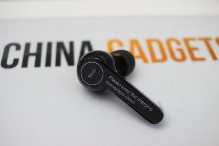 un auricular en negro con el plástico protector