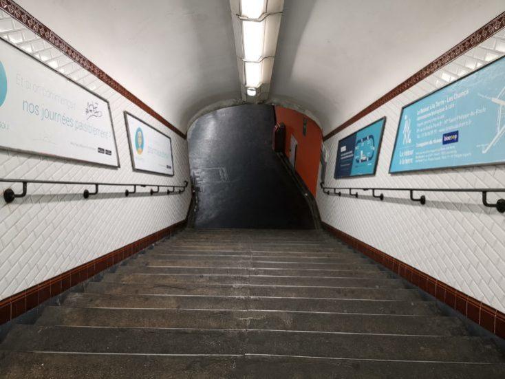 foto de prueba de la entrada al metro con la camara principal