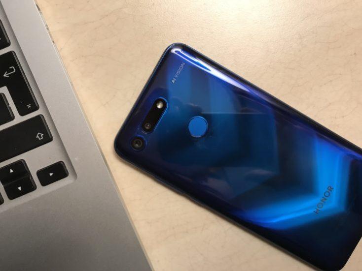 el smartphone visto por detrás en azul