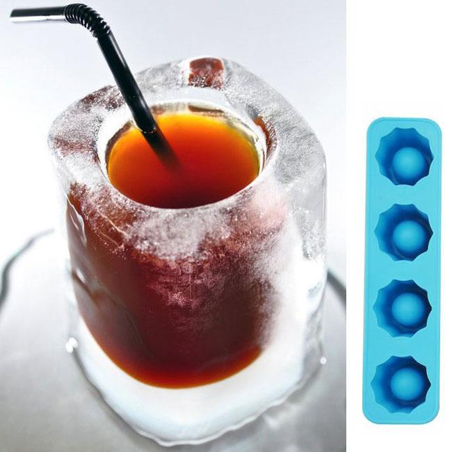 vaso de chupito de hielo lleno y con una pajita, a la derecha el molde de hielo para 4 chupitos