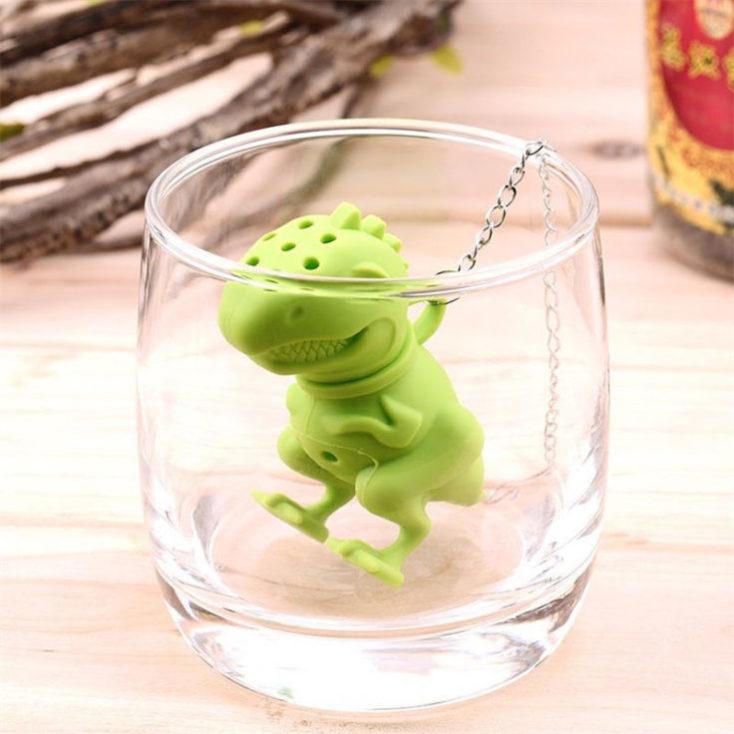 Filtro de té con forma de tiranosaurio Rex en un vaso vacío.