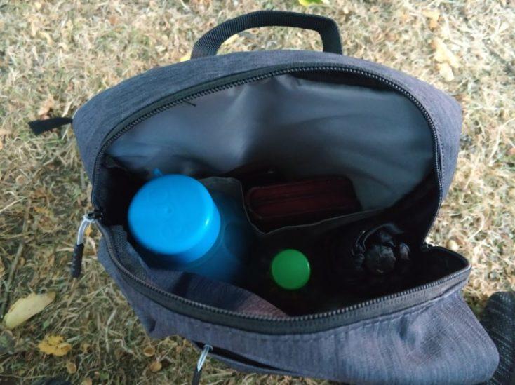 foto del contenido de la mochila antes de una excursión