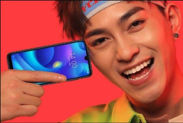 publicidad del Xiaomi Play. Un jovenchino sostiene el teléfono en horizontal junto a su cabeza