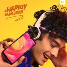 poster publicitario Xiaomi Play. Un joven muestra el teléfono