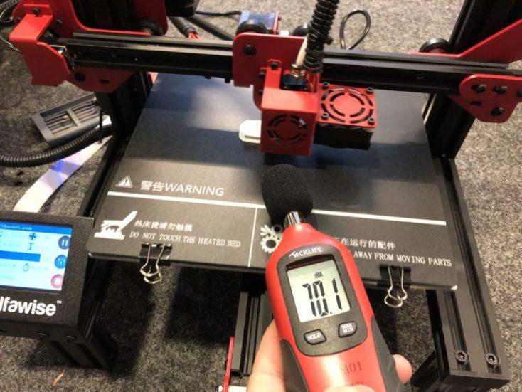 El sonometro muestra un nivel de 70,1 decibelios al usar la impresora