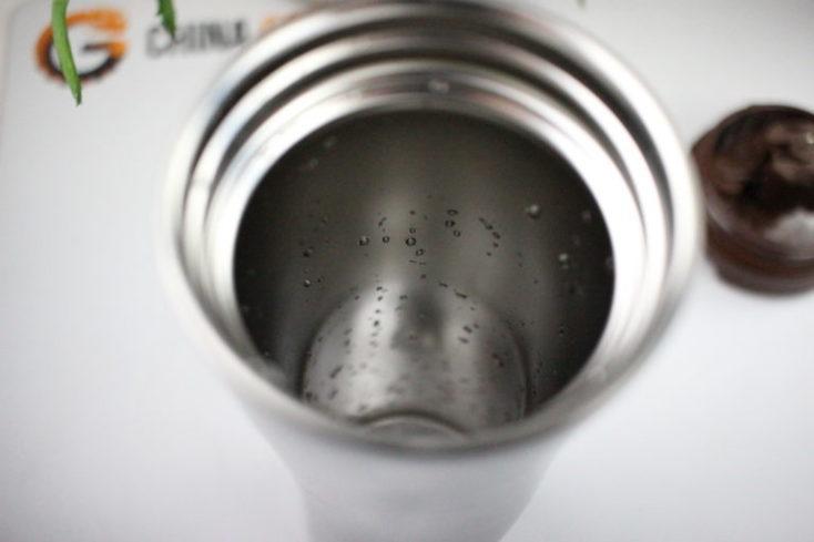 interior del termo con restos de agua