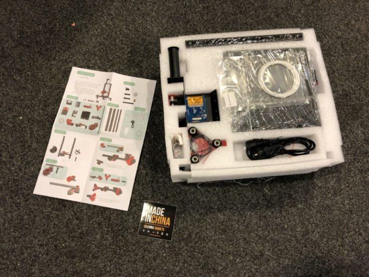 accesorios e instrucciones sacados de la caja, pero todavía metidos en la espuma protectora