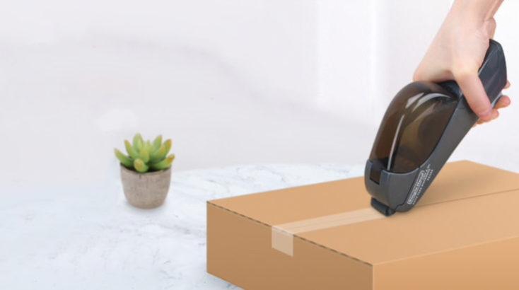 Cerrando un paquete con el dispensador de cinta semiautomático