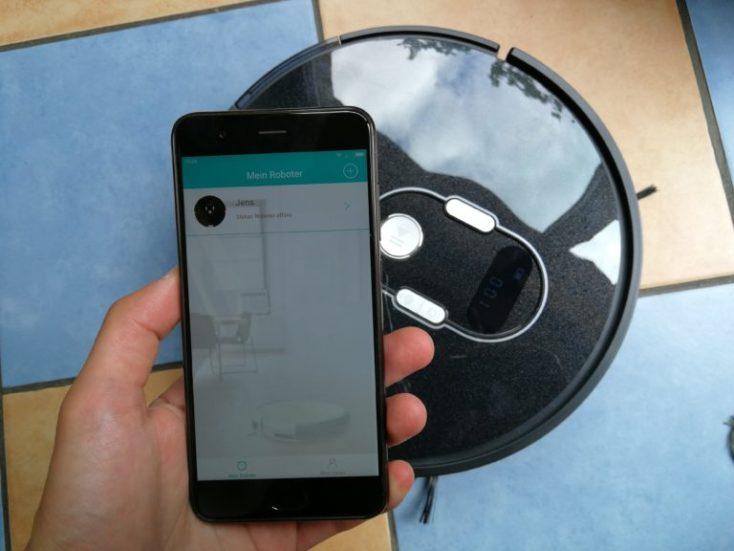 Smartphone con la App y robot aspirador