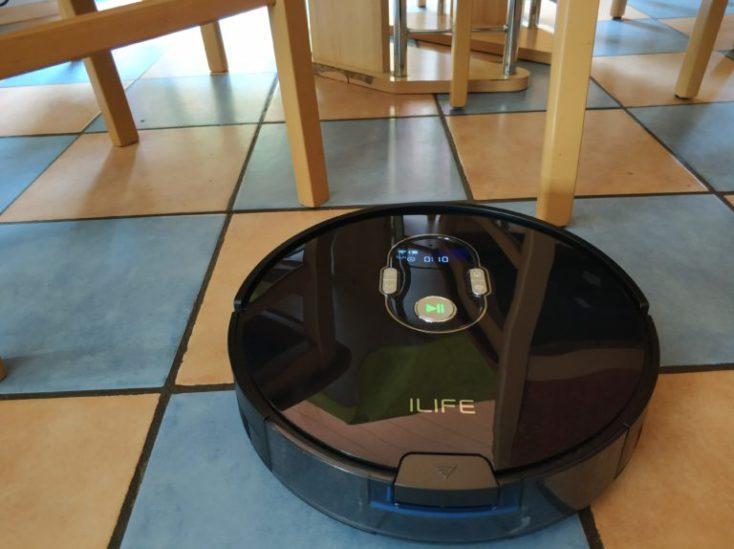 robot aspirando en la cocina