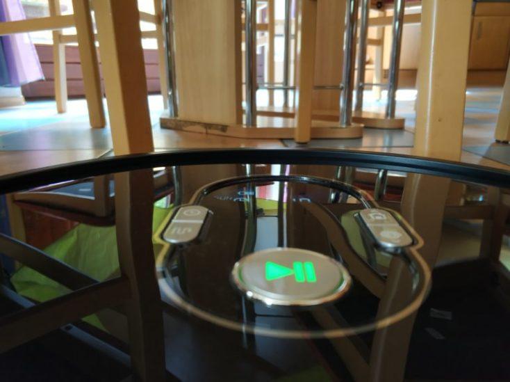 el robot aspirando delante de una mesa
