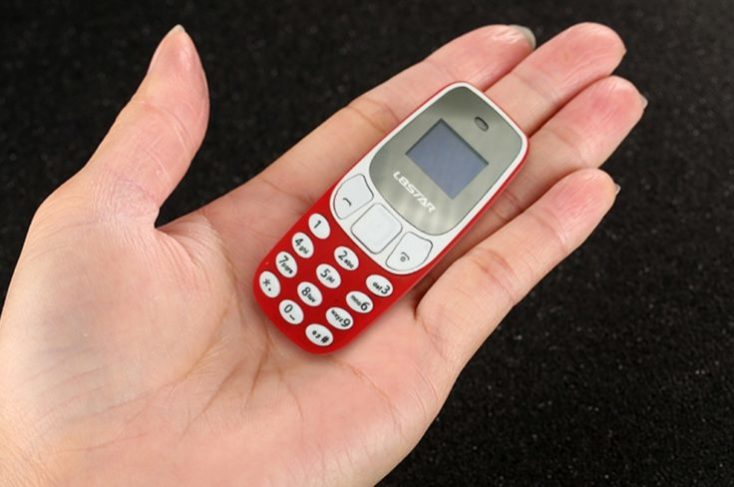 L8STAR BM10 Mini teléfono móvil en la mano
