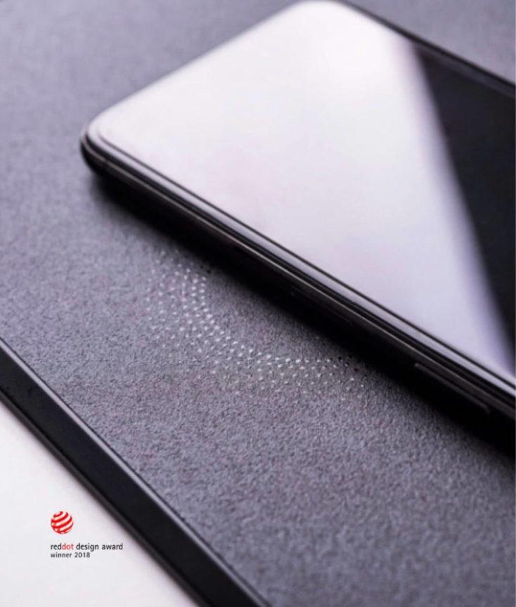superficie de carga inalámbrica de la alfombrilla con un smartphone