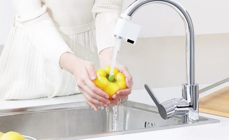 foto publicitaria lavando un pimiento con el adaptador