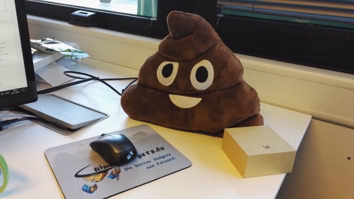 cojín de emoji Poop en la redacción