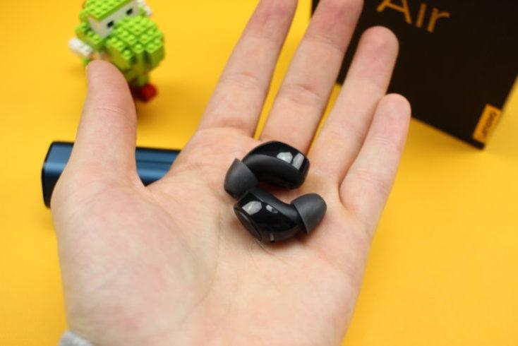 auriculares TWS In-ear Lenovo air en mi mano