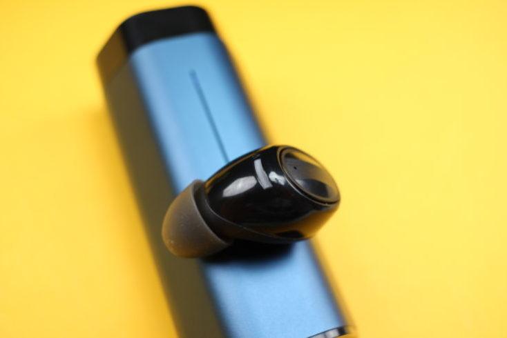 Auricular TWS In-ear Lenovo air sobre la funda de carga