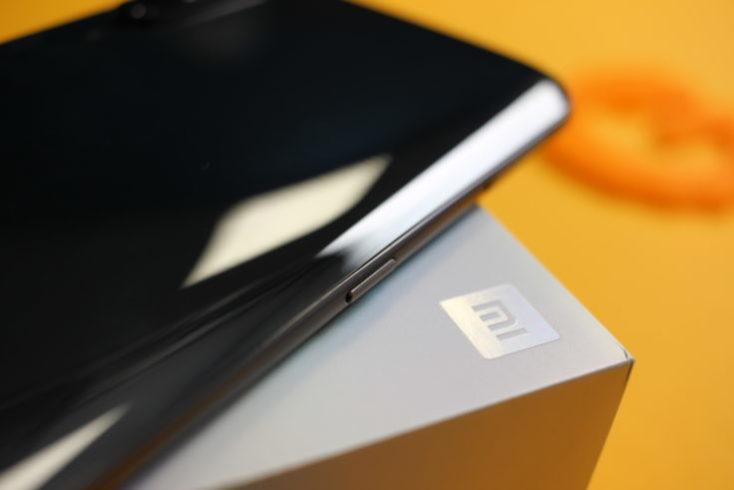 Lateral izquierdo del smartphone con el botón del asistente de voz