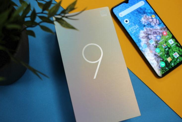 caja del Mi 9 y smartphone al lado