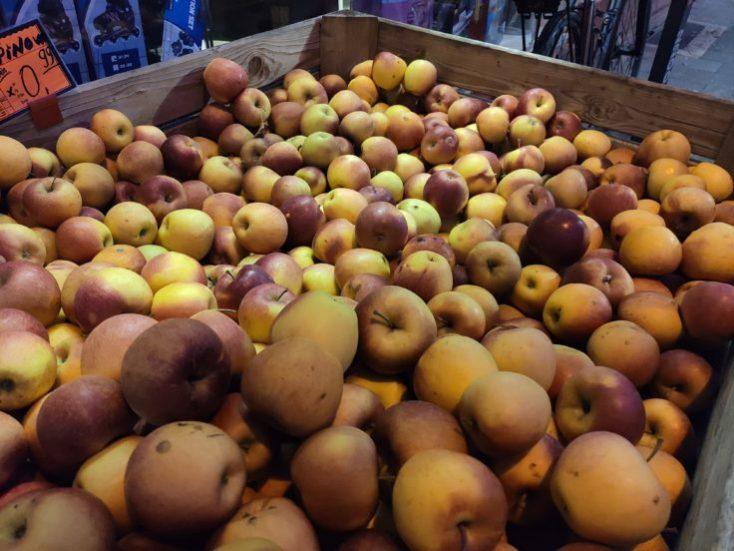 foto de prueba con poca luz de unas manzanas con la cámara principal