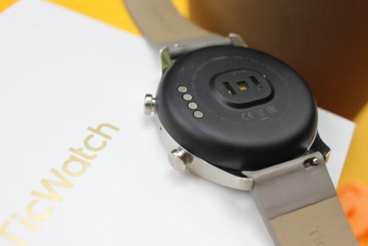 Parte de abjao y medidor cardiaco del Ticwatch C2