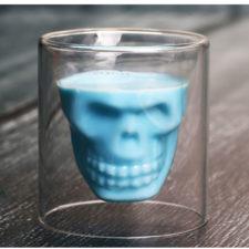 vaso de cristal con calavera con líquido azul