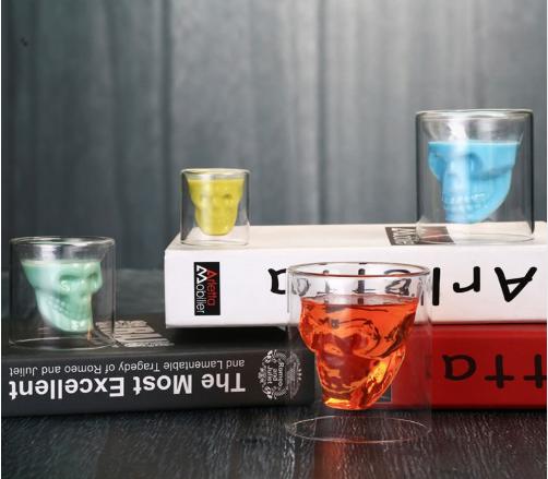 Vasos de chupitos con distintas bebidas de colores en su interior