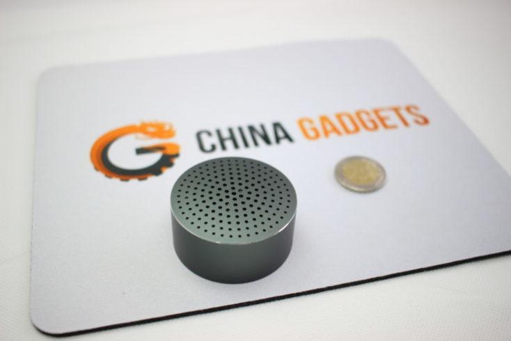 Xiaomi Mi Speaker, mini altavoz y una moneda al lado