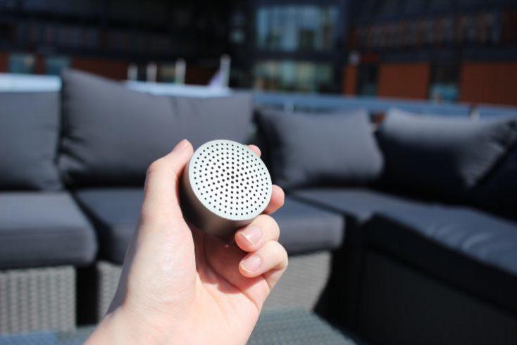 Xiaomi Mi Speaker en la mano