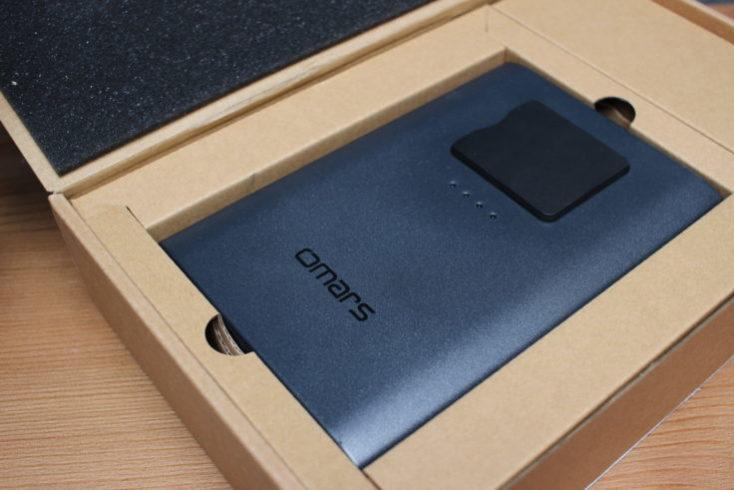 Batería externa Omars de 40200 mAh en la caja